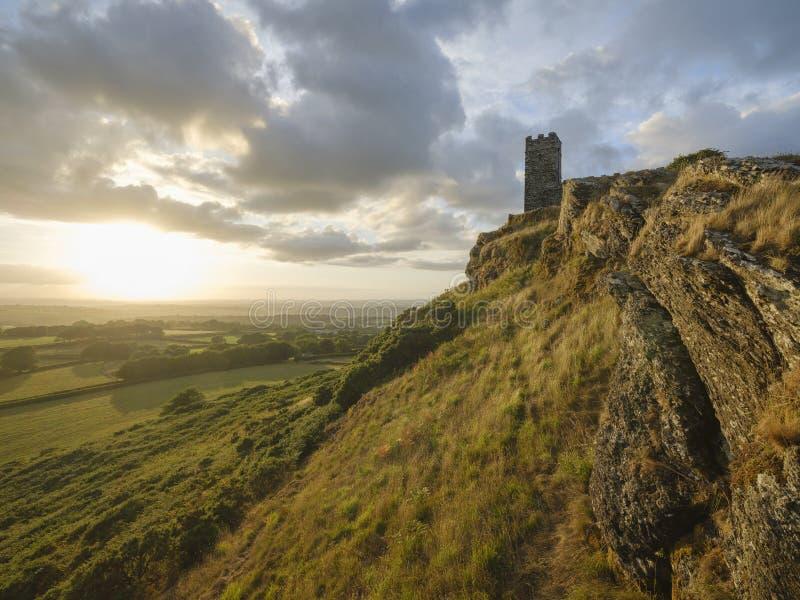 Por do sol do ver?o sobre Brentor, com a igreja de St Michael de Rupe - St Michael da rocha, na borda do nacional de Dartmoor fotos de stock royalty free