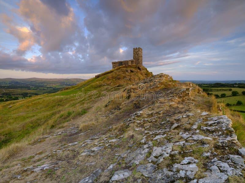 Por do sol do ver?o sobre Brentor, com a igreja de St Michael de Rupe - St Michael da rocha, na borda do nacional de Dartmoor foto de stock