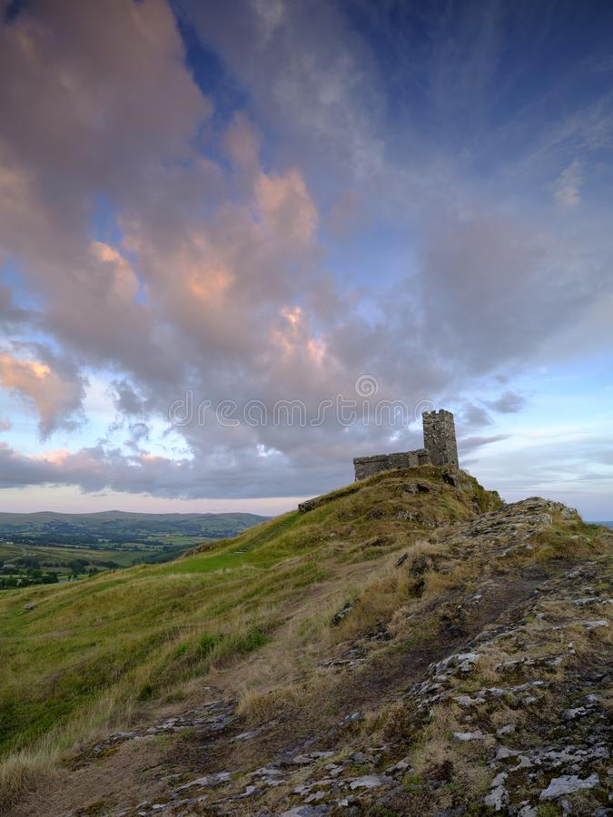 Por do sol do ver?o sobre Brentor, com a igreja de St Michael de Rupe - St Michael da rocha, na borda do nacional de Dartmoor foto de stock royalty free