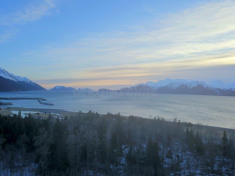 Por do sol vermelho do céu em Alaska imagem de stock
