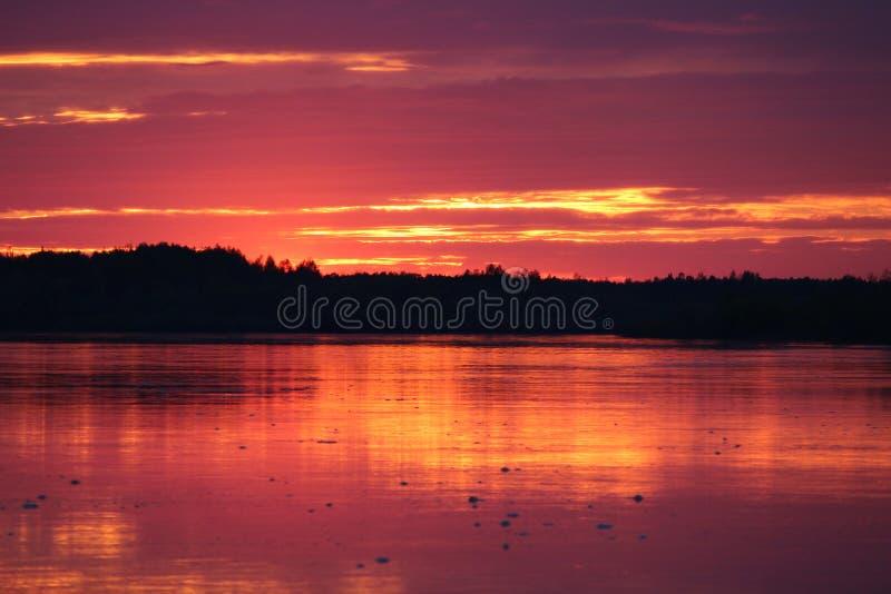 Por do sol do vermelho da mola fotografia de stock