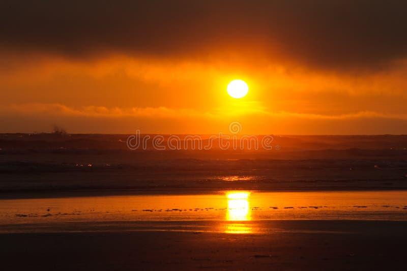 Por do sol vermelho na praia de Kalaloch imagem de stock