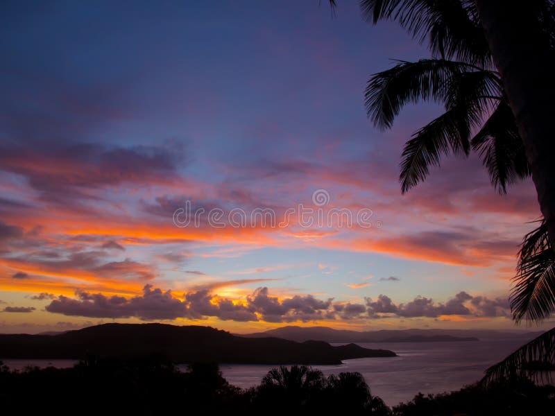 Por do sol vermelho sobre os consoles de Whitsunday, Austrália imagens de stock