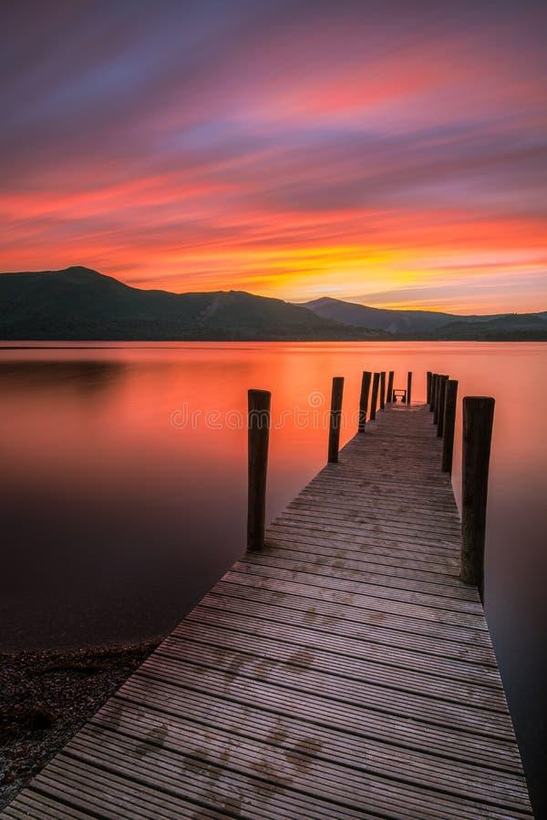 Por do sol vibrante bonito sobre o molhe de Ashness em Keswick, o distrito do lago, Cumbria, Reino Unido imagem de stock royalty free