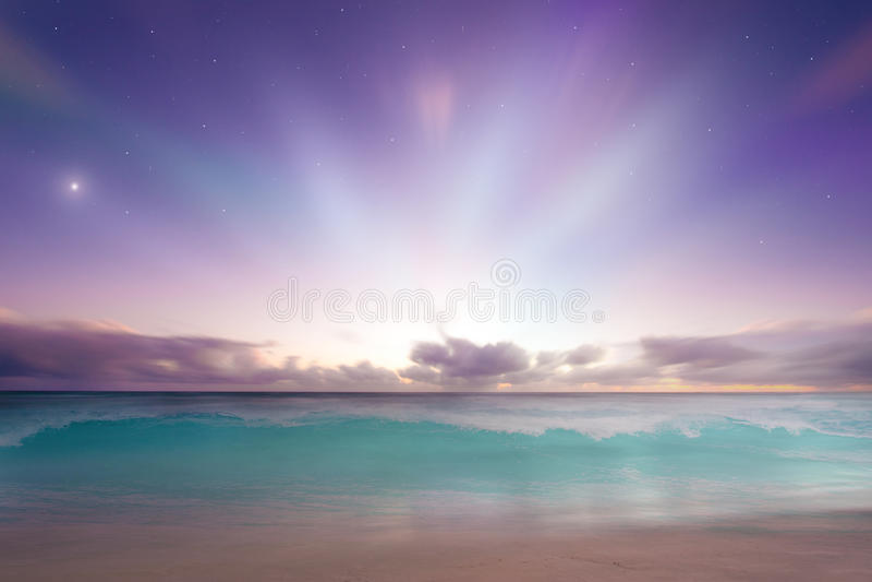 Por do sol vibrante do nascer do sol da praia fotografia de stock royalty free
