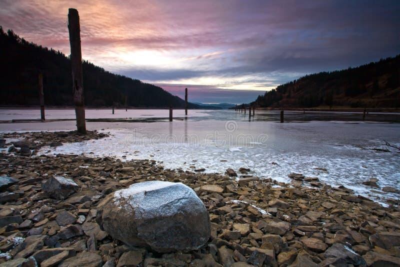 Por el lago en parte congelado. foto de archivo