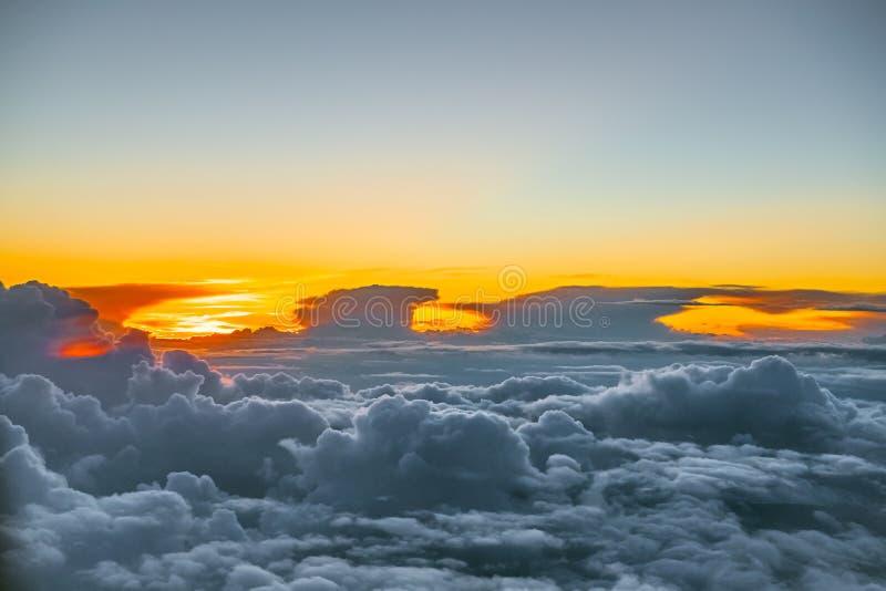 Por encima de las nubes fotos de archivo