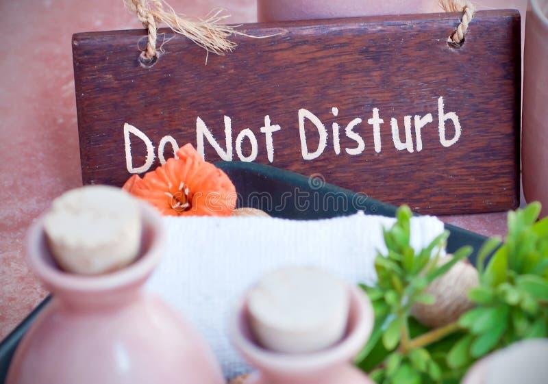 Por favor não perturbe o sinal nos termas fotografia de stock