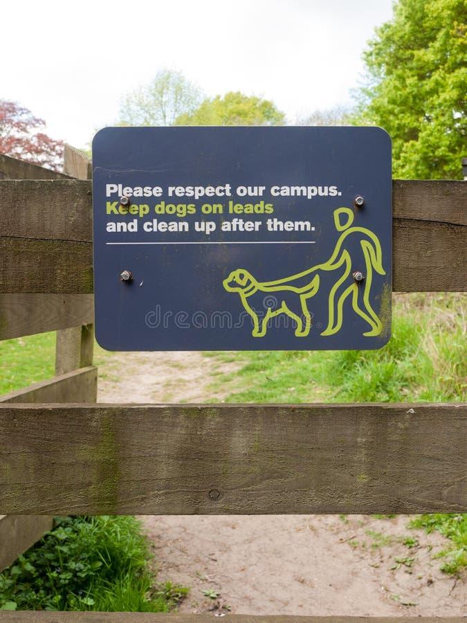 Por favor, respeite o campus e mantenha os cachorros nas pistas e limpe depois que eles assinarem foto de stock royalty free