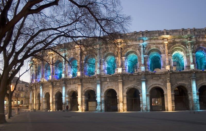 Por la arena romana de NÃimes de la noche (Nimes), Francia, Europa imagen de archivo libre de regalías