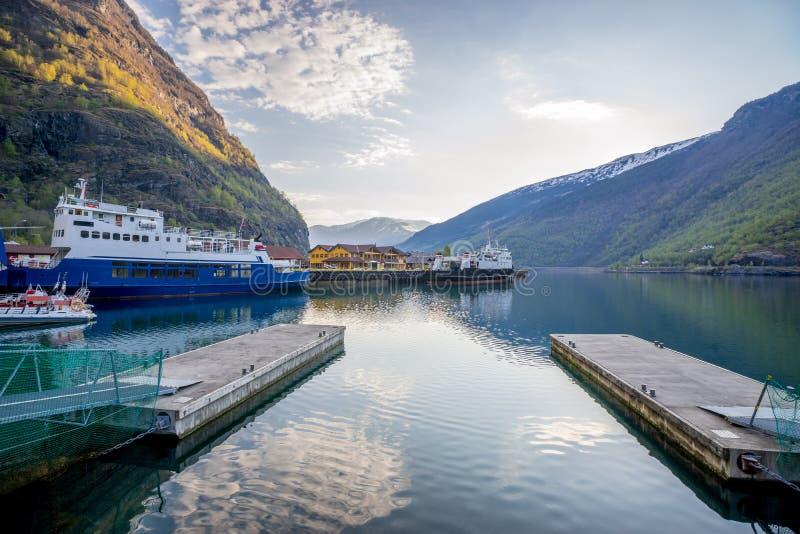 Por la mañana en el puerto de Flam con el estacionamiento de la travesía dos, Noruega imagen de archivo