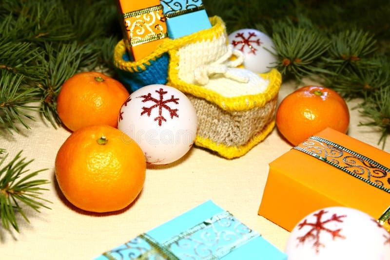 Por la Navidad y el Año Nuevo debajo del árbol de navidad hay bl fotografía de archivo