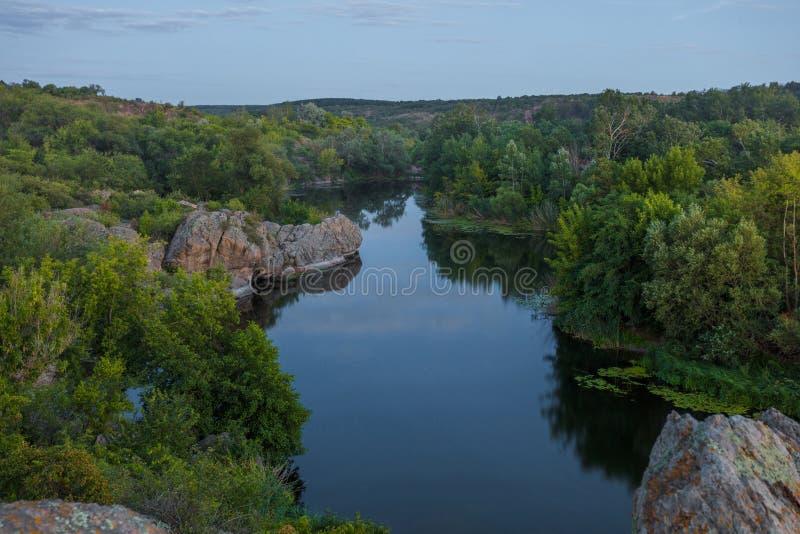 Por la tarde un río de la montaña entre las rocas imagenes de archivo