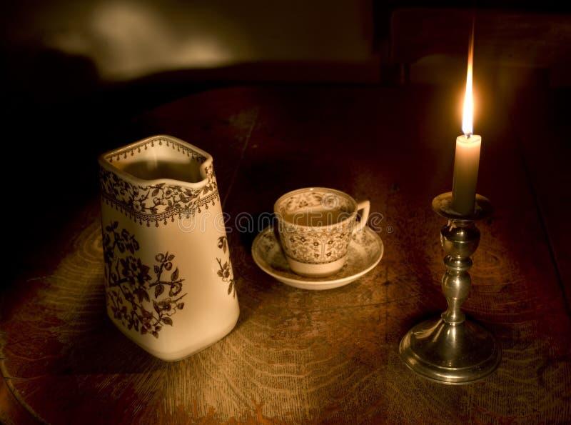 Por luz de una vela los pasos de la noche fotos de archivo libres de regalías