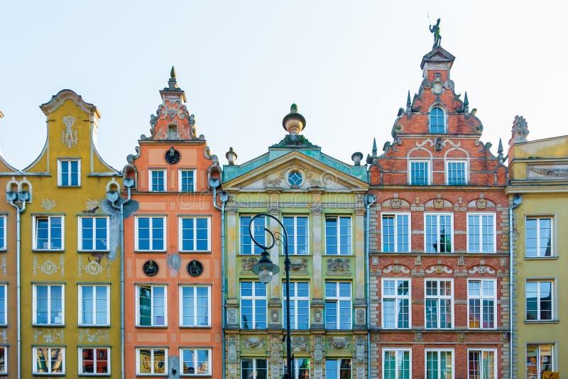 Por muito tempo Market Street, casas velhas medievais decorativas coloridas típicas, arquitetura real da rota de foto de stock