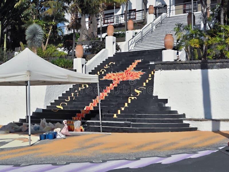 Por ocasi?o do corpus Christi Day em Tenerife, uma pintura enorme feita da areia colorida da lava ser? produzida em Tenerife em j fotografia de stock