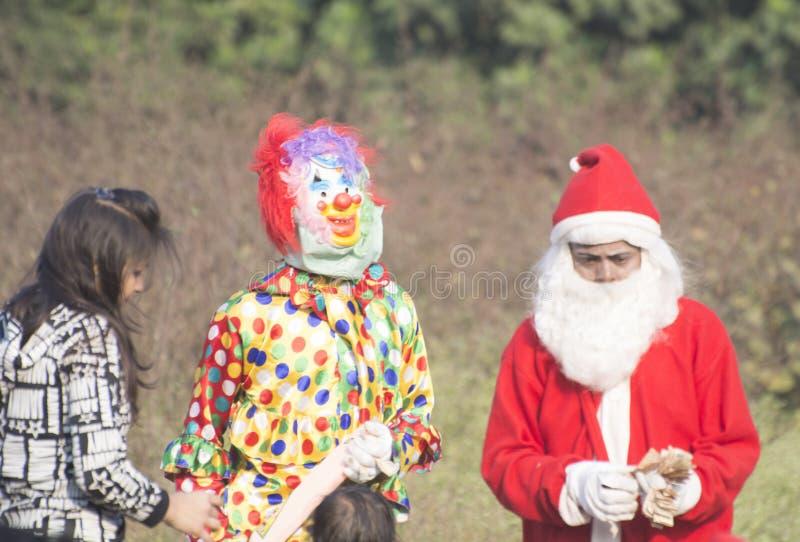 Por ocasião do dia de Natal as crianças pequenas vestiram-se acima no vestuário de Santa Clauses foto de stock