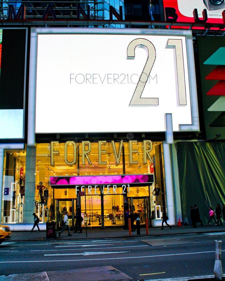 Por siempre 21, tienda al por menor NYC del Times Square. fotos de archivo