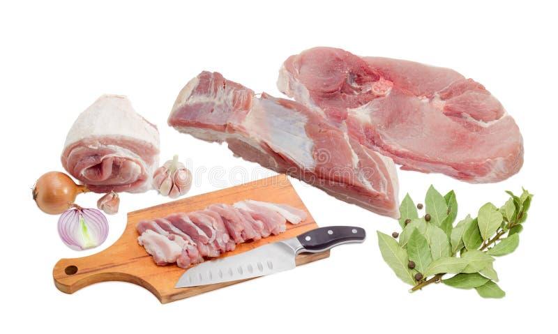 Porc, épice, couteau de cuisine et planche à découper crus photos stock
