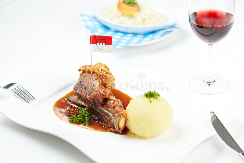 Porc allemand de crépitement images stock