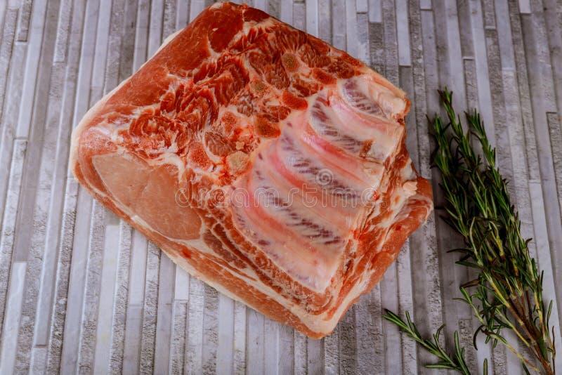 Porc avec des nervures Frais et viande crue Aliment biologique Viande avec des épices images stock