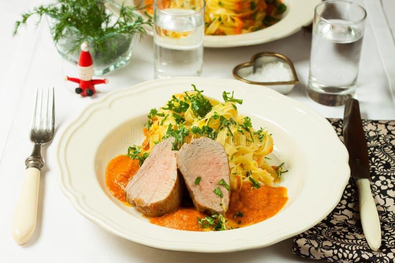 Porc avec le tagliatelli et la sauce image stock