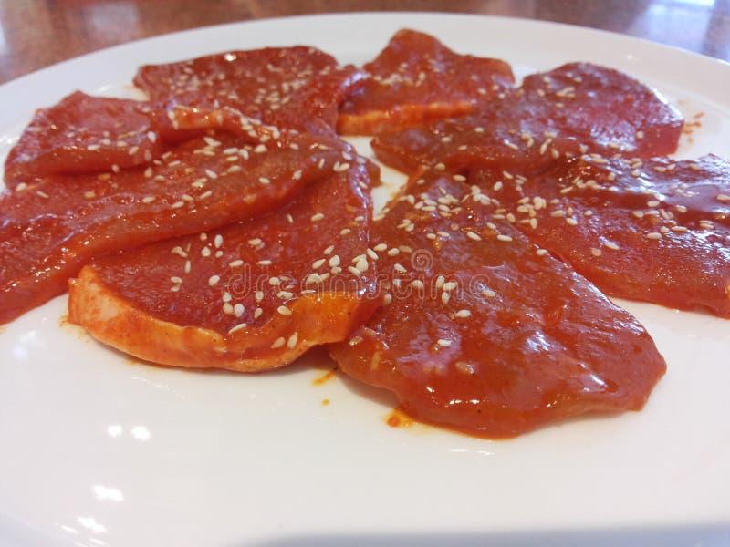 Porc coupé en tranches en sauce à marinade photos stock