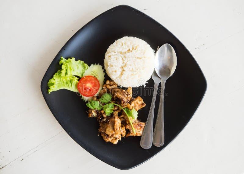 Porc coupé en tranches frit servi avec du riz Du plat noir Vue supérieure photos stock