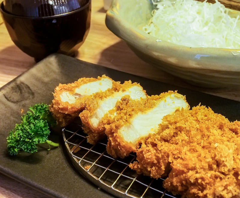 Porc cuit à la friteuse par Japonais de Tonkatsu photographie stock libre de droits