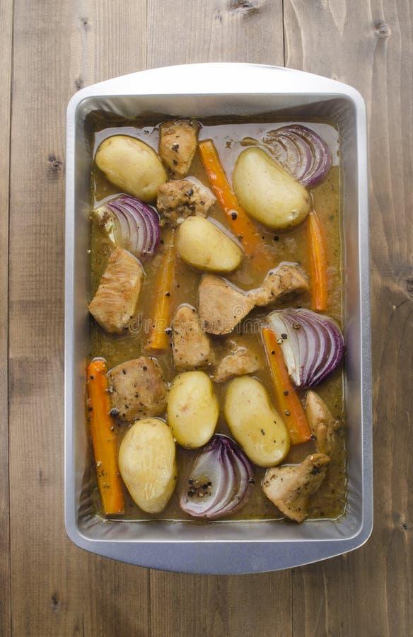 Porc cuit au four par four avec le légume photo stock