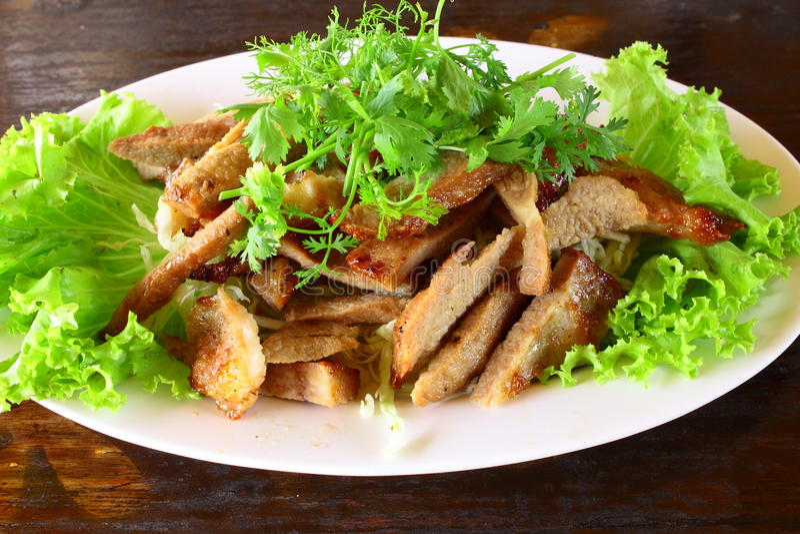 Porc d'à l'os de gril avec de la salade image stock