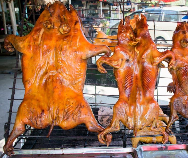 Porc de nourrisson grillé tout entier, nourriture de rue images stock