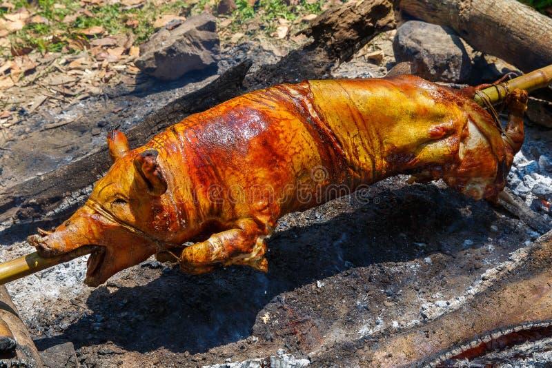 Porc de nourrisson rôti sur le feu Nourriture philippine Lechon photos libres de droits