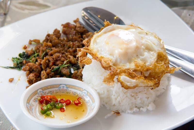 Porc fait sauter à feu vif chaud et épicé de nourriture thaïlandaise avec le légume de basilic images libres de droits