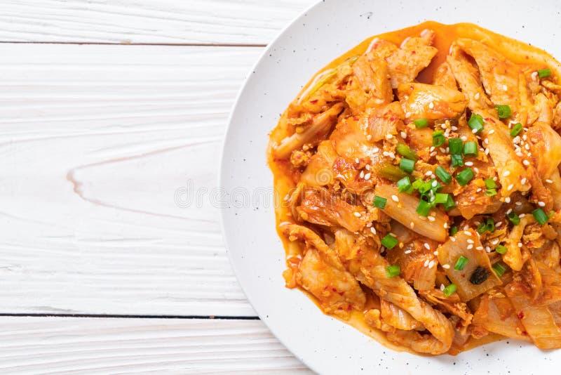 Porc fait sauter ? feu vif avec le kimchi image libre de droits