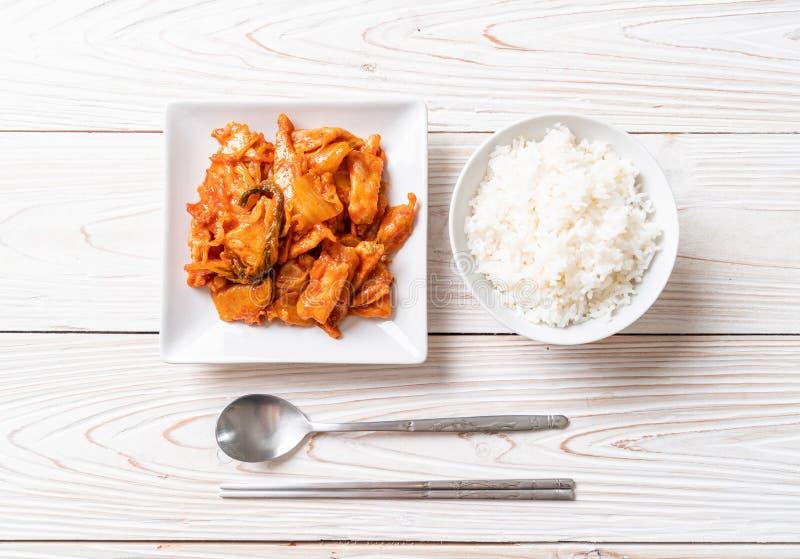 Porc fait sauter ? feu vif avec le kimchi images stock