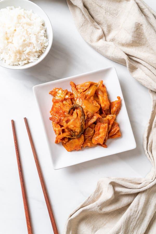 Porc fait sauter ? feu vif avec le kimchi photos stock