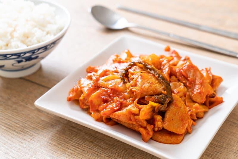 Porc fait sauter ? feu vif avec le kimchi photo libre de droits
