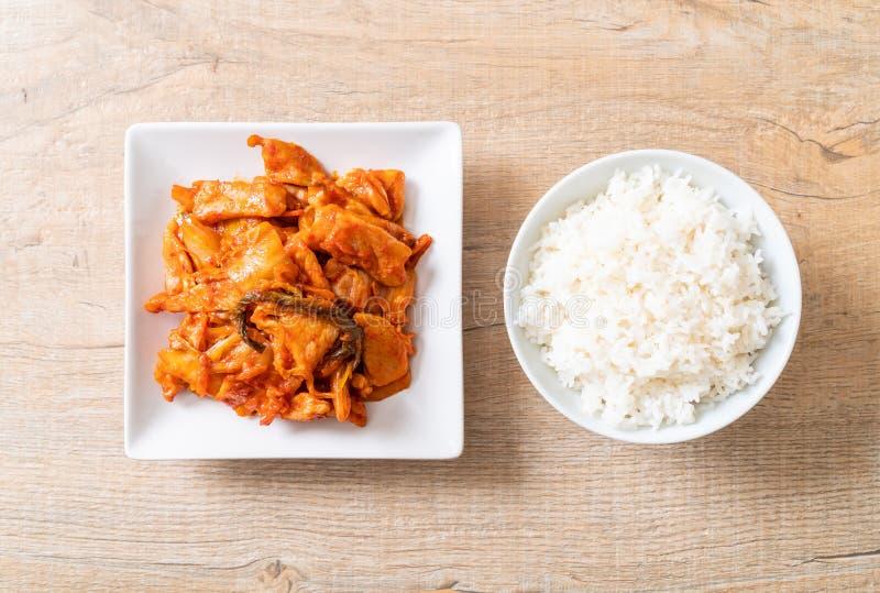 Porc fait sauter ? feu vif avec le kimchi photos libres de droits