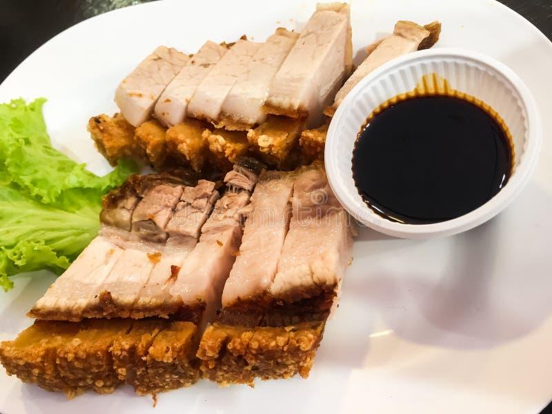 Porc frit croustillant avec de la sauce douce et riche C'est un menu principal, mangé avec du riz et les salades fraîches photos libres de droits