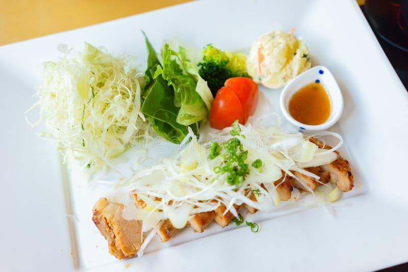 Porc grillé avec de la salade de ressort photographie stock libre de droits