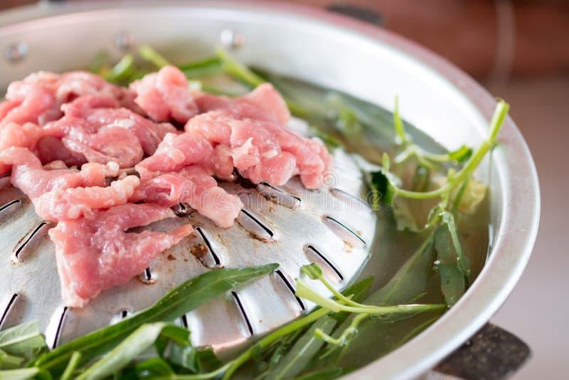 Porc grill? sur le pot chaud de casserole en soupe avec la gloire de matin image stock