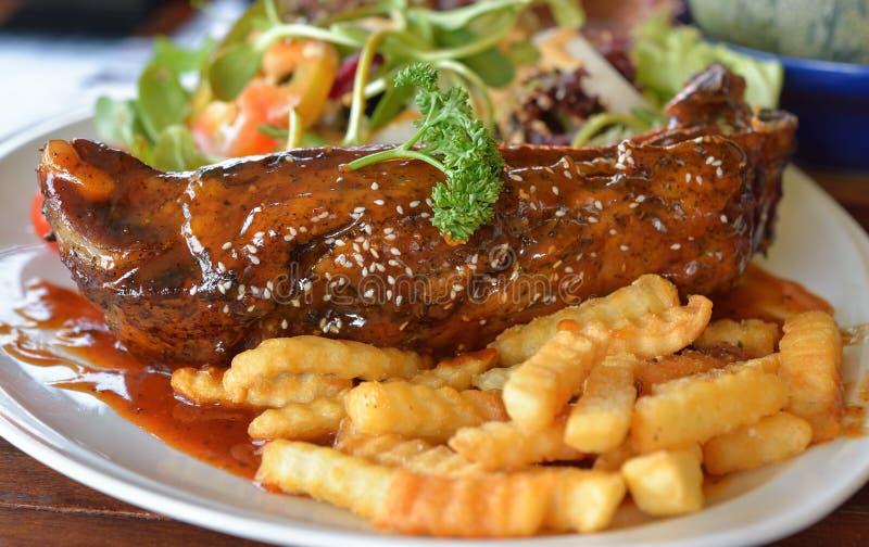 Porc Rib Steak du plat blanc photographie stock libre de droits