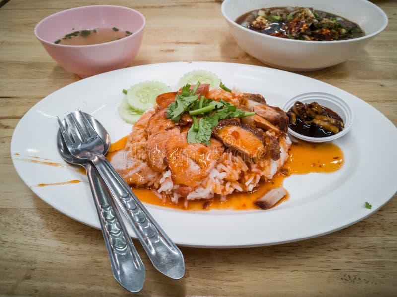 Porc rouge grillé tout entier en sauce avec du riz photographie stock