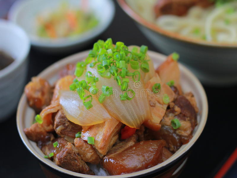 Porc sauté à l'oignon dans la cuvette chinoise photo stock