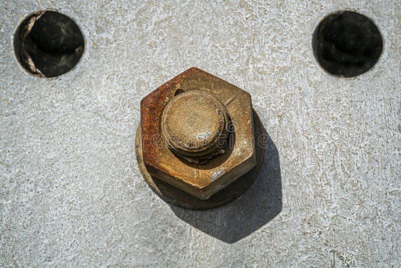 Porca e parafuso oxidados em uma placa de metal fotos de stock