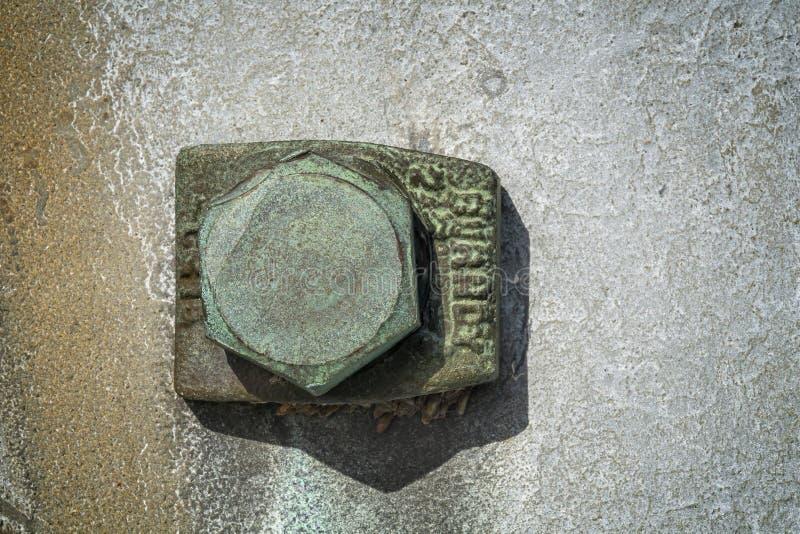 Porca e parafuso verdes em uma placa de metal fotos de stock