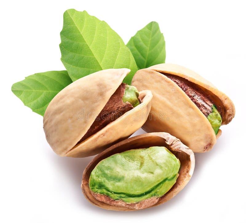 Porcas de pistache com folhas. imagens de stock