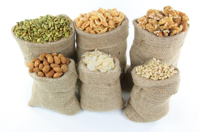 Porcas e sementes em sacos de serapilheira. imagens de stock royalty free