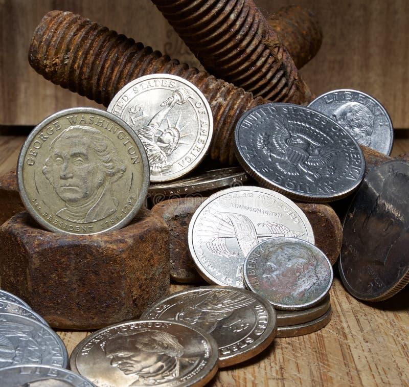 Porcas oxidadas - e - parafusos e U S moedas imagens de stock royalty free